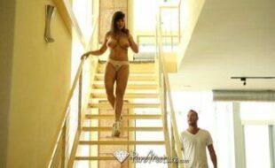 Peitudona muito top dando a buceta na escada