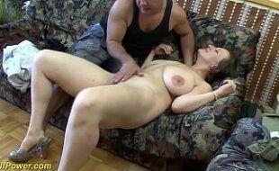 Porno com coroa peituda dando a bunda